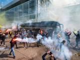 Schreeuwen, rookbommen en fakkels: Vitesse-fans zwaaien spelersbus uit