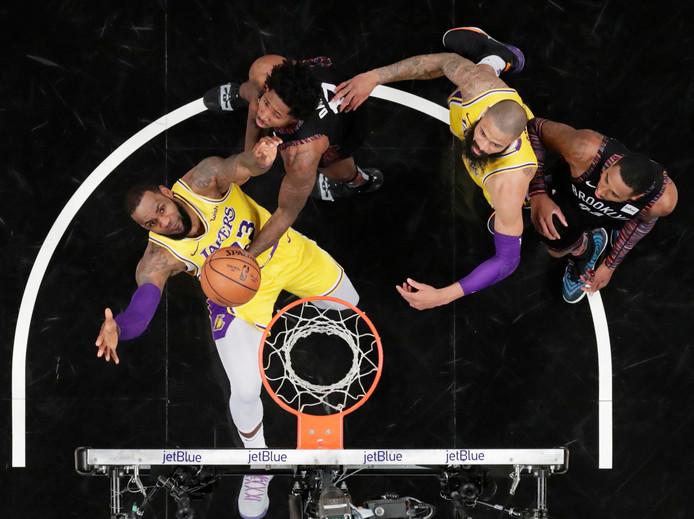 LeBron James (23) in actie tegen Brooklyn Nets.