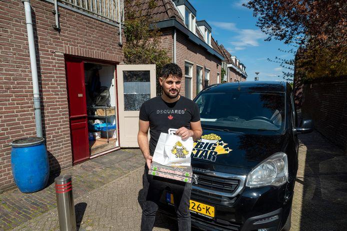 Bayram Guven op de plek op de Bruinstraat naast zijn keuken waar hij geregeld een bekeuring krijgt. Foto: Gerard Burgers.