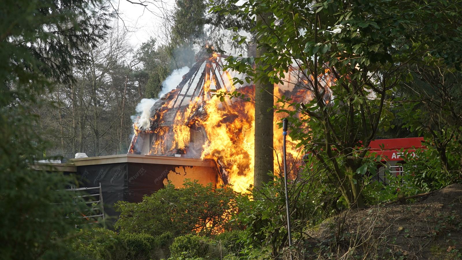 De vlammen sloegen uit de woning.