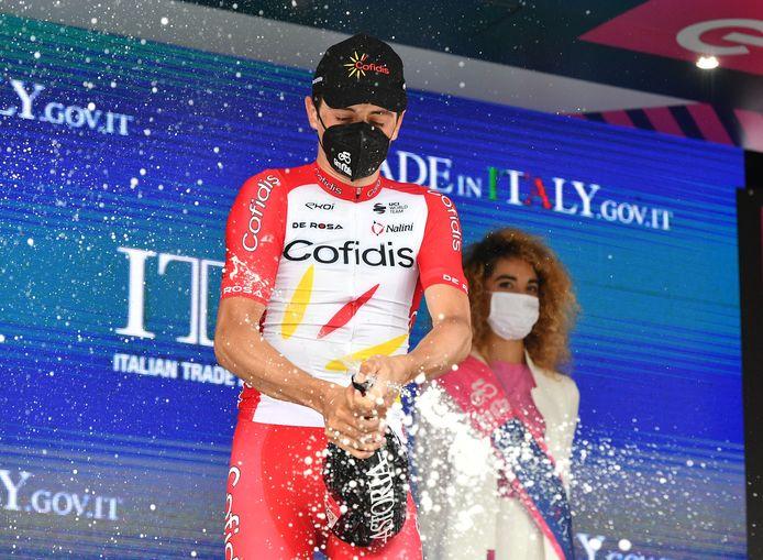 Victor Lafay op het podium als winnaar van de achtste etappe.