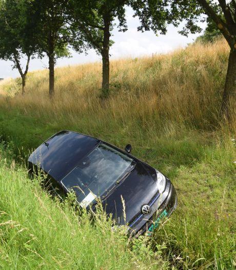Auto rijdt van talud op N36 bij Vriezenveen, één gewonde