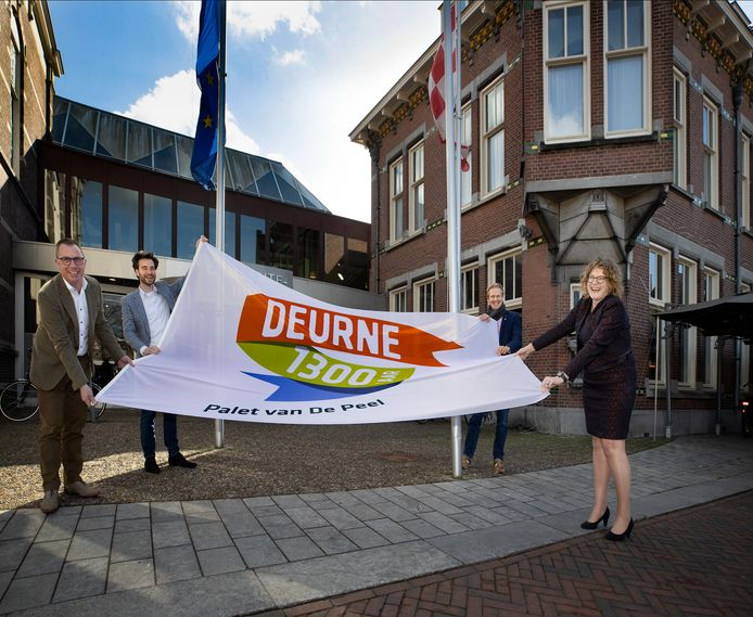 De vlag wordt gehesen, de viering van Deurne 1300 is officieel gestart. Vlnr: wethouders Helm Verhees, Marinus Biemans, Marnix Schlösser en burgemeester Greet Buter.