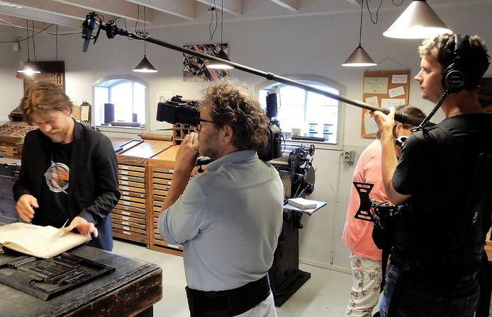 Een NTR-cameraploeg maakt in de zomer van 2020 opnames bij het Drukkerij Museum in Etten-Leur voor de documentairereeks 'De strijd om het Binnenhof'.