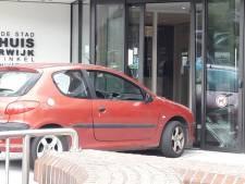 Man die met auto op stadhuis Harderwijk inreed heeft 'persoonlijke problemen'