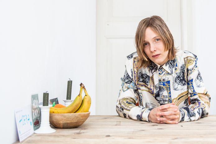 Marieke Lucas Rijneveld aan de tafel waaraan ze haar boek heeft geschreven.