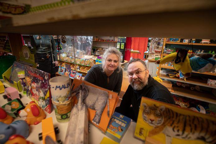 Dolf Schinkel blijft hout snijden, maar de deur van de winkel van Emy (De Speelhoek) gaat op slot.