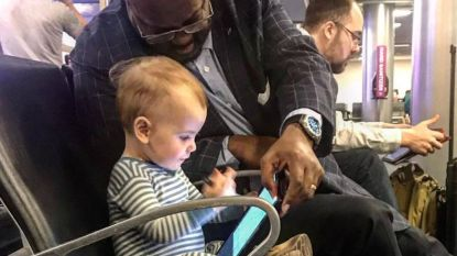 Foto van klein meisje dat vriendschap sluit met vreemde man op luchthaven vertedert het internet