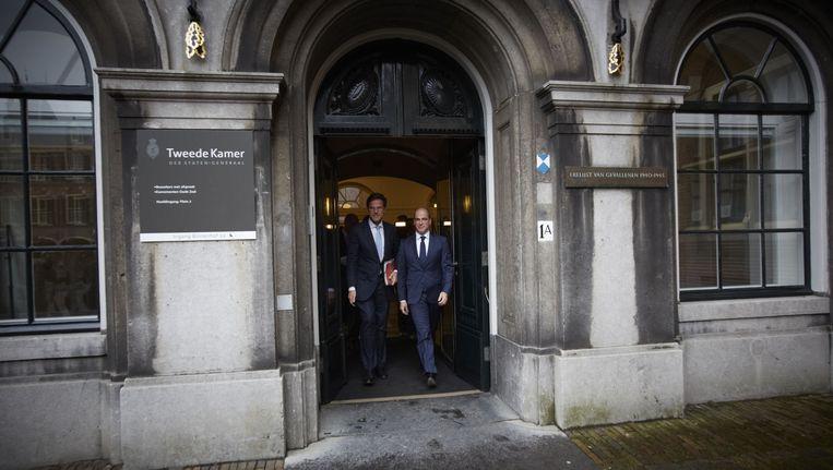 De langere Mark Rutte (links) valt als leider beter in de smaak dan de kleinere Diederik Samsom. Beeld Martijn Beekman
