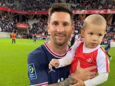 Quand Lionel Messi pose avec le fils du gardien adverse