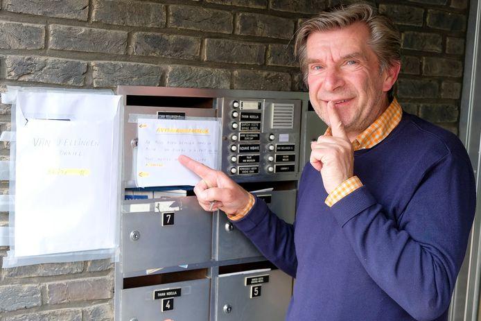 Daniel laat de vogeltjes rustig broeden in zijn 'nestkast'. Hij hing een briefje aan de deur om de postbode te waarschuwen.
