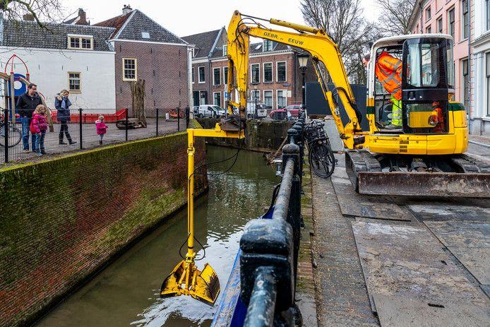 Het herstel van de Utrechtse kademuren is ernstig onderschat, waardoor het geheel veel duurder uitvalt dan eerder geraamd.