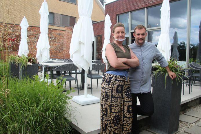 Sabine Holvoet (met doorzichtig mondmasker) en kok Dominique Tondeurs van restaurant Libertine aan de Vijfhuizen in Erpe verwelkomen vanaf dinsdag 28 juli opnieuw gasten op hun terras en in hun zaal.