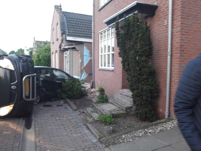Bestuurder bestelbusje knalt op auto en ramt daarmee hoek van gevel uit woning in Hooge Zwaluwe
