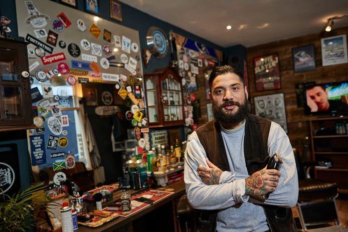 Bing Campos in zijn barbershop in de Frankensteeg, vermoedelijk de kleinste locatie tijdens Popronde Zutphen. ,,Rock 'n roll met een lekker drankje erbij past heel goed bij ons.''