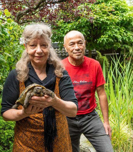 Ria en Raymond hebben een exotische tuin waar Jacobus vrolijk rondwandelt