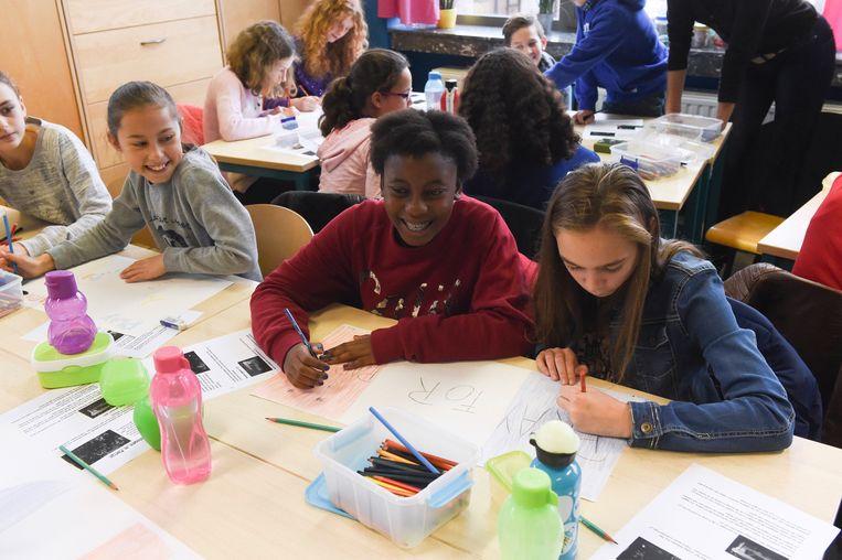 Een klas in Parijs (archiefbeeld). Onderwijs is voor Macron de beste manier om de situatie in de banlieue te verbeteren. Beeld Photo News
