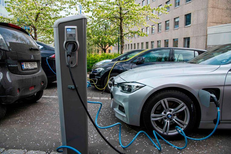 Een elektrische auto aan een laadpaal in Oslo. In Noorwegen wordt maar liefst 50 procent van de nieuwe auto's elektrisch aangedreven.  Beeld AFP