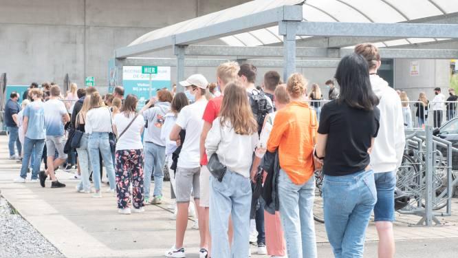 """Massale opkomst voor prik zonder afspraak in vaccinatiecentrum in Oudenaarde: """"Respons veel groter dan verwacht"""""""