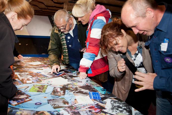 Oude foto's bekijken tijdens de reünie van Scouting Woerden