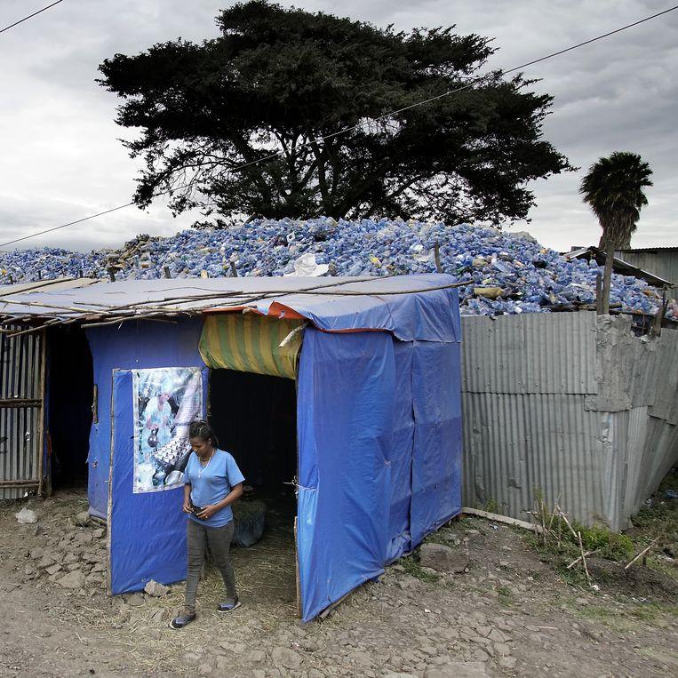 Een blik op de hoeveelheden plastic die de vrouwen verwerken. Zij verrichten heldenwerk in een land zonder echte recyclage-industrie.  Beeld Luigi Baldelli