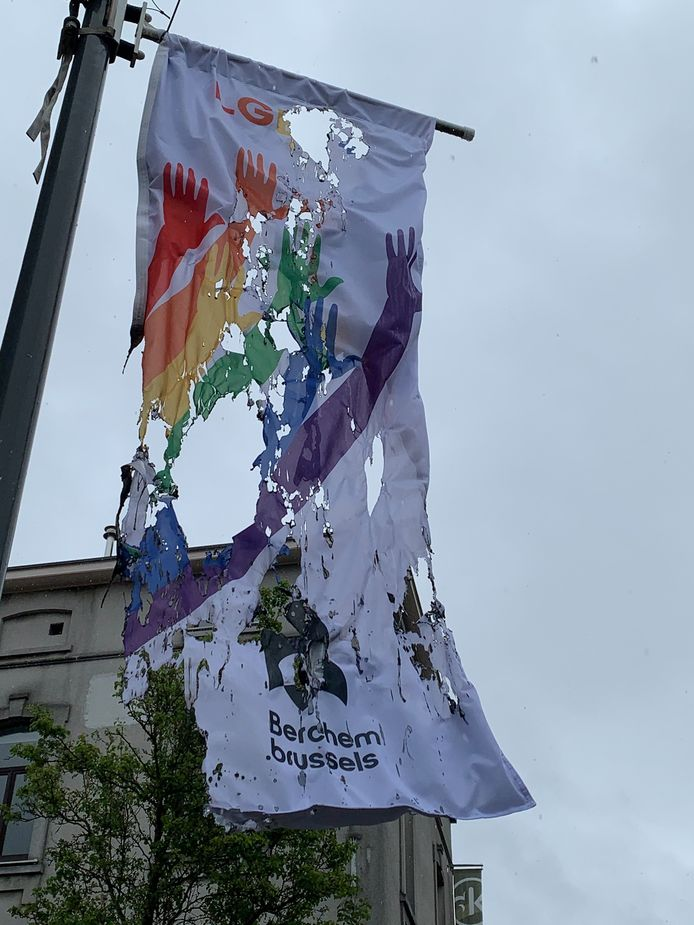 Regenboogvlag in brand gestoken.