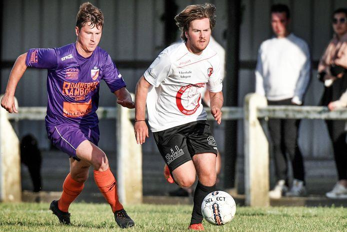 Grady Hoflack (l.), hier in duel tegen Adegem-speler Arthur Delheye, scoorde twee keer vanop de stip voor zijn nieuwe ploeg.