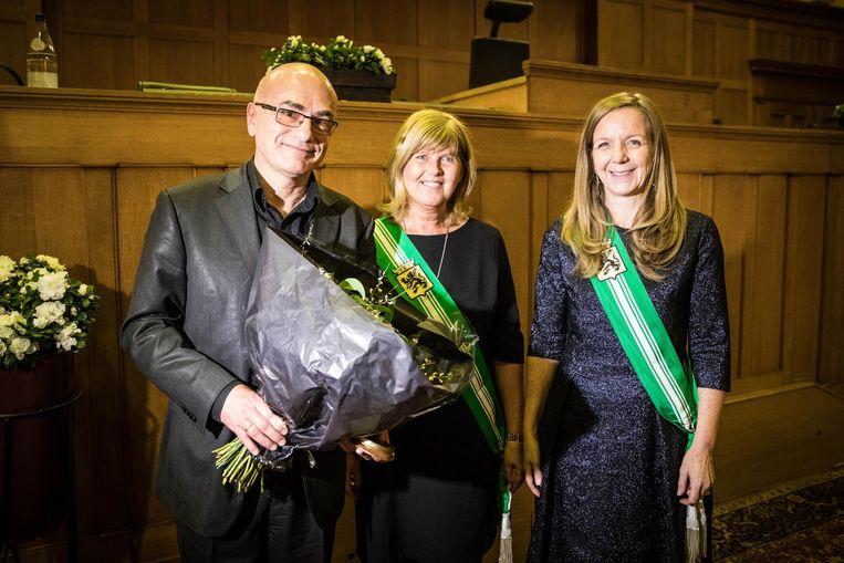 Anton Segers, de man van Catherine De Bolle kwam gisteren de bloemen in ontvangst nemen bij de kroning tot 'Meest Verdienstelijke Oost-Vlaming van 2017'. De Bolle zelf lag ziek in bed.
