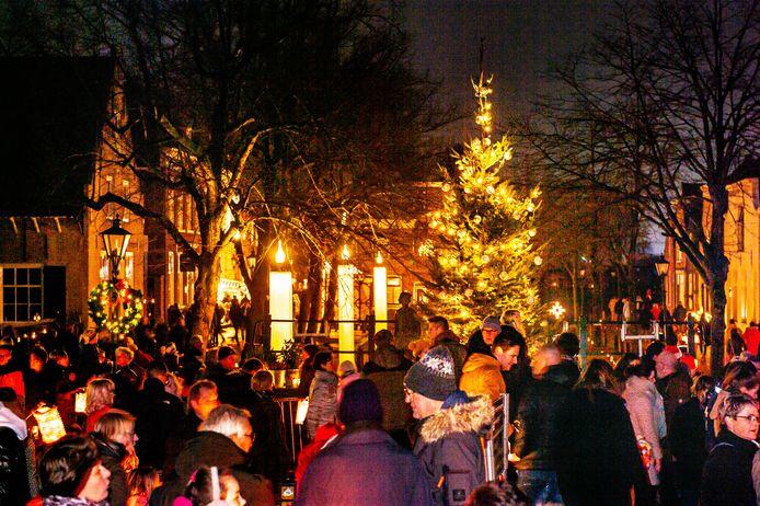 De traditionele kaarsjesavond in Nieuwpoort brengt niet alleen inwoners, maar ook toeristen op de been.