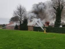Veel rook bij grote brand in schuur Groenlo, omwonenden geadviseerd ramen en deuren te sluiten