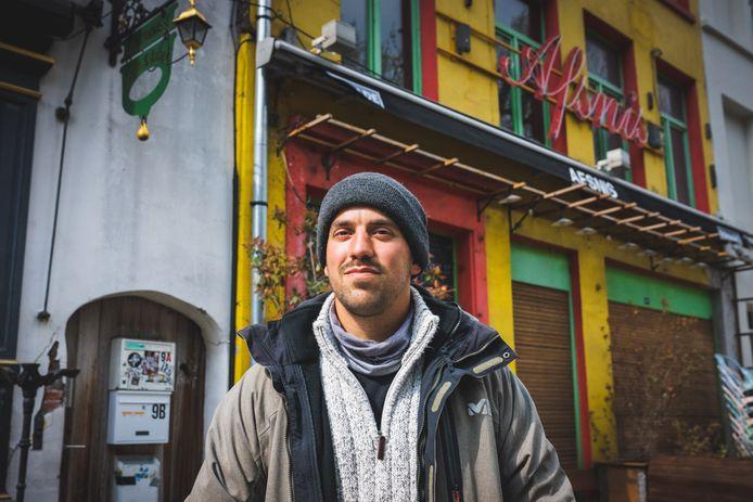 Lucas Standaert (30) voor café Afsnis op de Vlasmarkt. Hij gaf de zaak een eigenzinnige smoel.