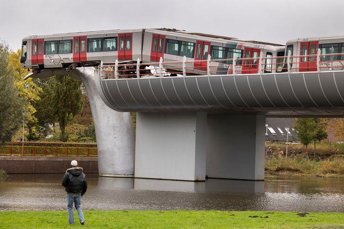 Het metrostel dat bij station De Akkers in Spijkenisse balanceert op de metershoge walvisstaart.