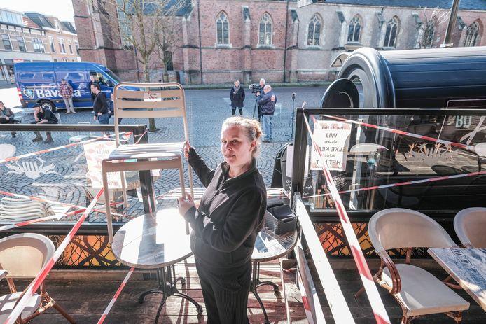 Eigenaar Nicol van der Heide met een stoel die ze haar klanten te leen meegaf.