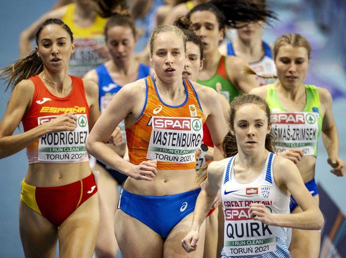 Jip Vastenburg in actie tijdens de series van de 3000 meter op het EK Indoor Atletiek.