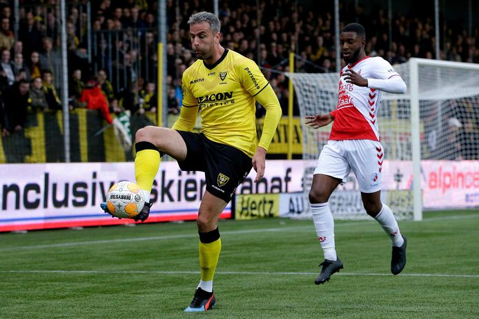 Ralf Seuntjens namens VVV in actie tegen FC Utrecht.
