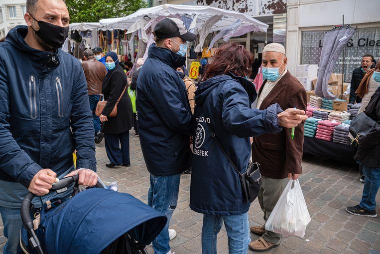Op de markt van Sint-Jans-Molenbeek bij Brussel worden mensen aangesproken om zich te laten vaccineren. Beeld Wouter Van Vooren