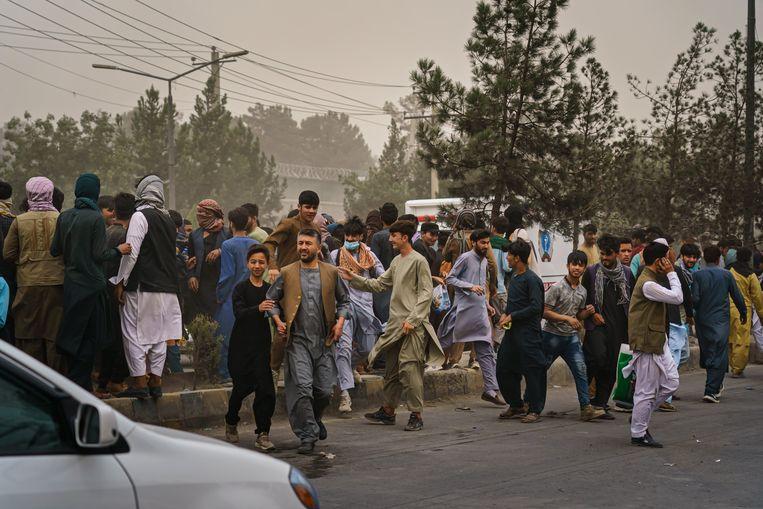 Een menigte wanhopige Afghanen in de buurt van de internationale luchthaven in Kaboel. Verschillende mensen vluchten in paniek weg nadat talibanstrijders de massa uit elkaar probeert te drijven met vuurwapens, zwepen, stokken en scherpe voorwerpen. Daarbij raakten verschillende mensen gewond. Beeld Photo News