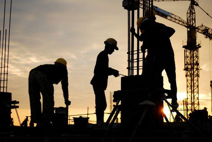 Altijd zomeruur? Dan moet de bouwsector rond de jaarwisseling bijvoorbeeld 's ochtends heel lang in het donker werken.