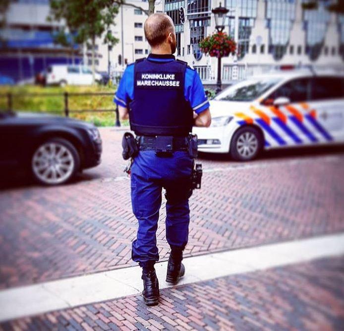 De marechaussee had snel in de gaten dat de papieren vals waren de aangehouden man geen politie-collega was.