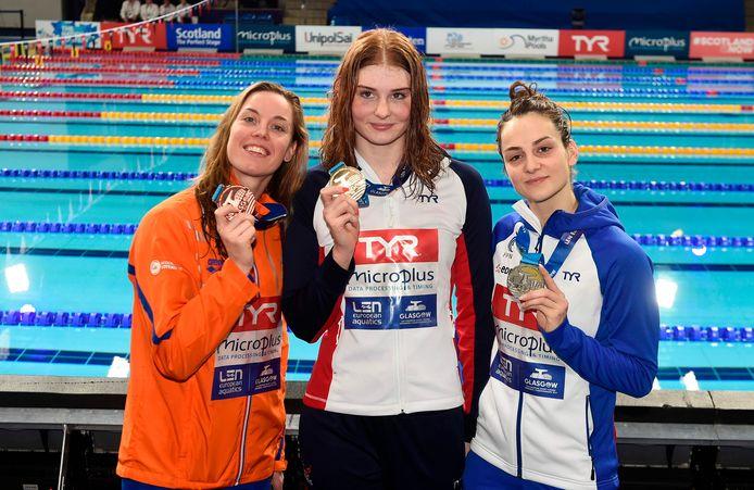 Femke Heemskerk (links) posteert naast winnares Freya Anderson. Rechts de Française Beryl Gastaldello.