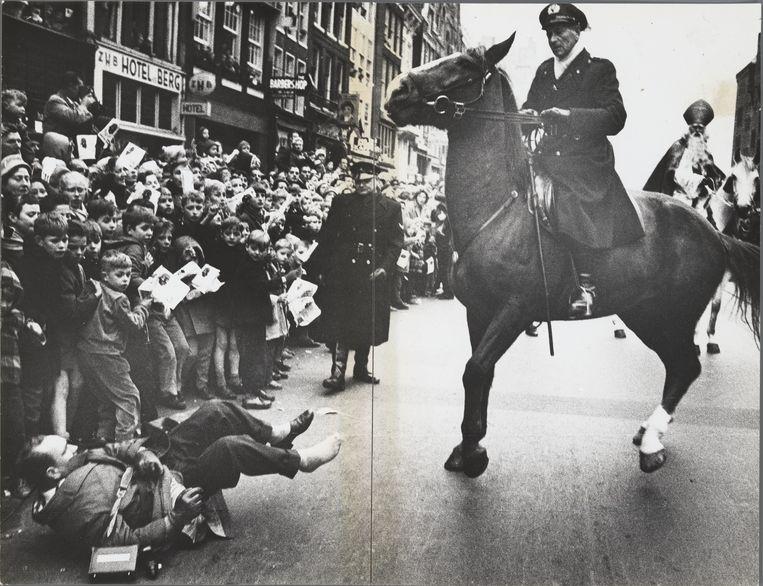 Intocht van Sinterklaas, Damrak, Amsterdam, 22 november 1958.  Beeld Ed van der Elsken