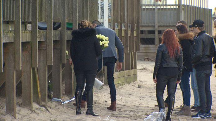 28 januari: tientallen vrienden en familieleden leggen witte rozen neer op de plek waar Sofie gevonden werd.