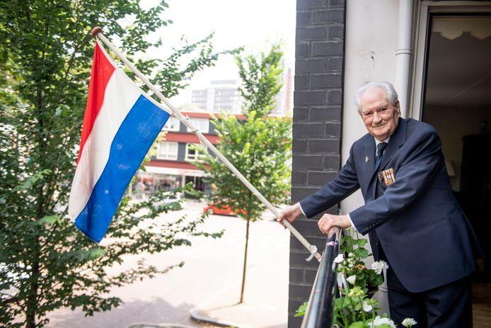 Veteranen-dag in coronatijd: Jan van Dijk, Indië-veteraan, hijst thuis de vlag en viert deze dag thuis in uniform en met medailles.