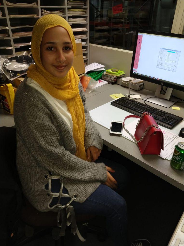 De bewuste foto van Aya kwam  niet op de Facebookpagina van de Da Vinci Campus omdat ze een hoofddoek draagt.  Beeld rv