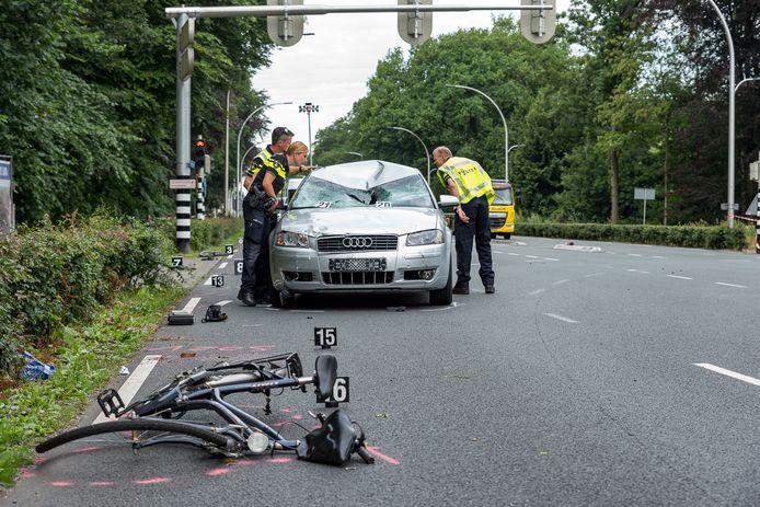 De politie doet 27 juni 2017 onderzoek naar de fatale aanrijding op de Bredaseweg.