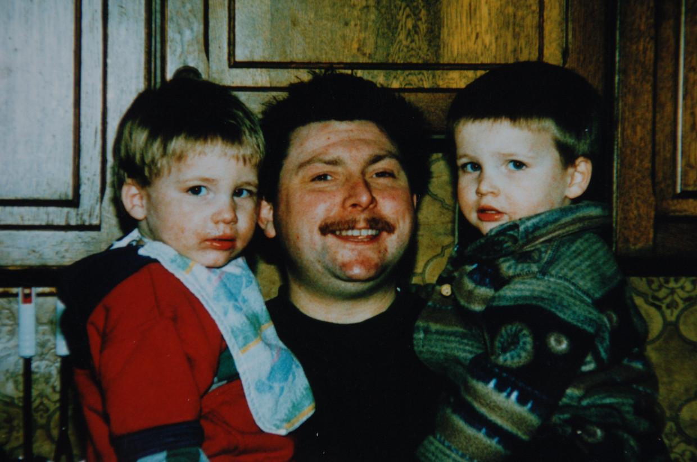 Vader Dirk Vanden Branden met Liam (links) en Levy (rechts) Beeld