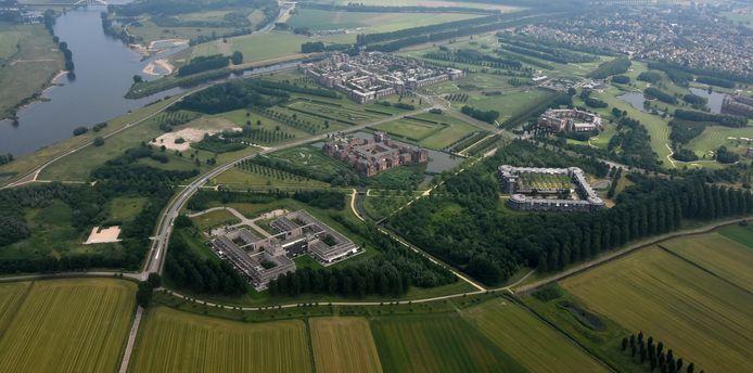 De kasteelwoningen in de Haverleij  in het buitengebied van Den Bosch in juni 2019. Links de locaties van de twee laatste te bouwen kastelen.