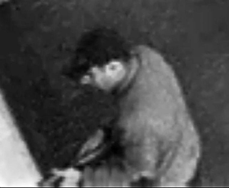 Hij had een kalasjnikov en een revolver bij zich van het type dat bij de schietpartij in Brussel is gebruikt. Beeld PHOTO_NEWS