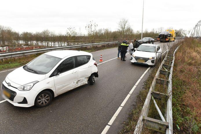 Ongeluk met drie auto's op Jutfasebrug tussen Utrecht en Nieuwegein.