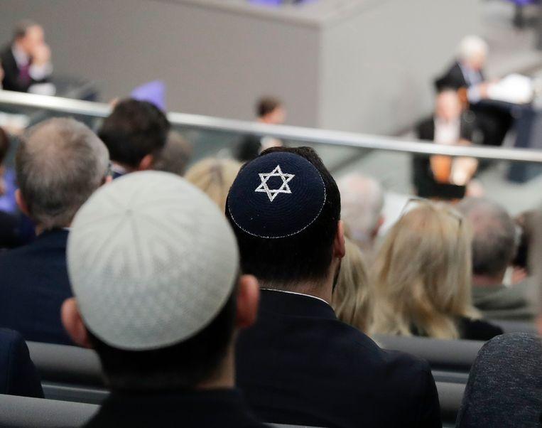 Mannen met een keppeltje wonen de toespraak van Israëlisch historicus Saul Friedlaender bij tijdens een herdenkingsbijeenkomst van het Duitse parlement voor de slachtoffers van de Holocaust, in januari.  Beeld AP
